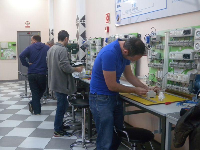 Alumnos en el aula de electricidad del Instituto Focan