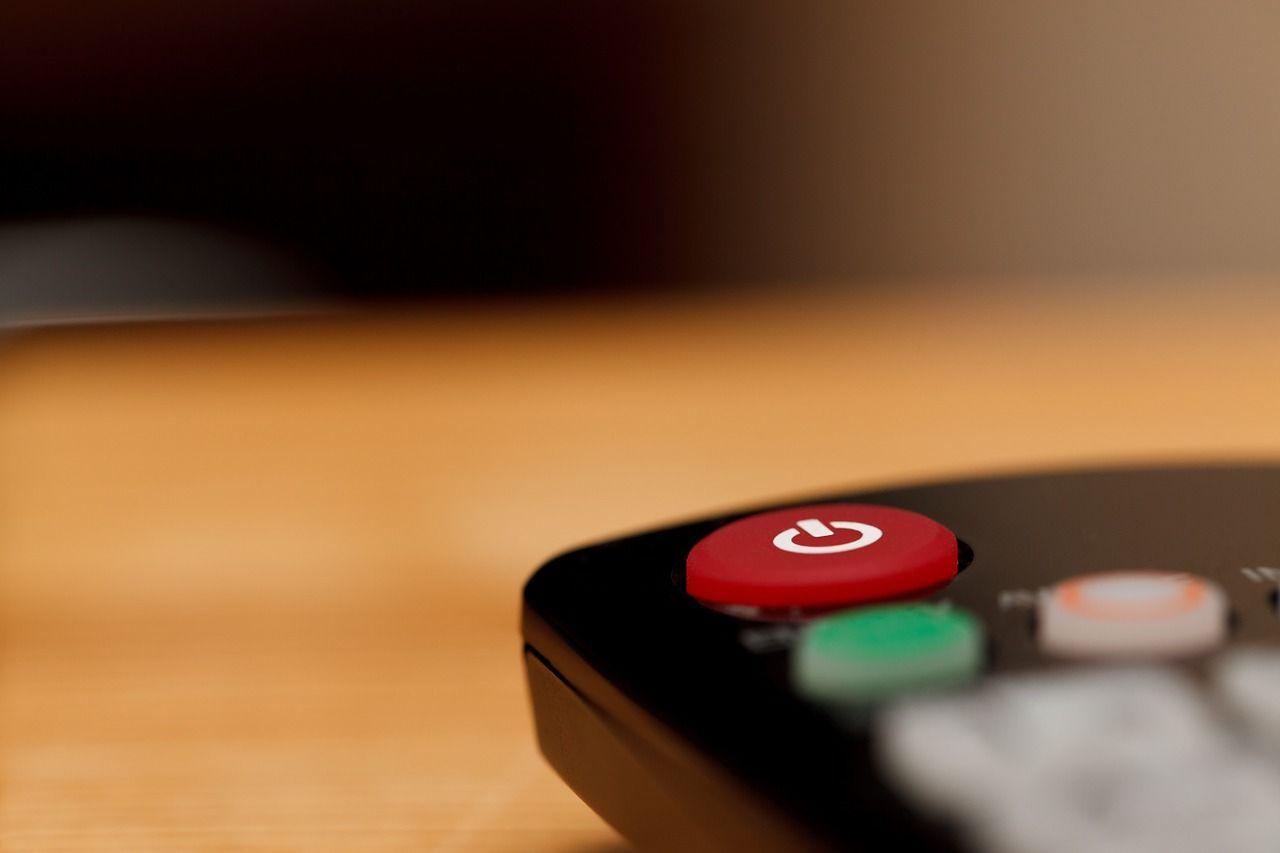 Primer plano del botón de apagado de un mando a distancia